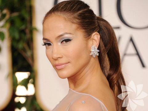 Jennifer Lopez namı diğer J.Lo şarkılarının yanı sıra tasarımlarıyla da basının ve moda severlerin ilgisini çekmeyi başardı. Özellikle, J.Lo markalı jeanlerin modelleri çok beğenildi. Jean dışında genel kıyafet koleksiyonu da hazırlayan güzel yıldız koleksiyonlarını büyük ve gösterişli defilelerle tanıttı. Lopez, ayakkabı koleksiyonuna imza atmayı da unutmadı. Değişik ve çok şık olan bu ayakkabılar yaz, kış her sezon adeta kapışılıyor.