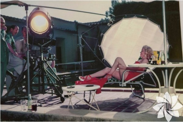 1953 yılında, Coca Cola markası için objektif karşısına geçen Marilyn Monroe, kırmızı mayosuyla şezlonga uzanarak ve poz verdiği fotoğrafları gün yüzüne çıktı.