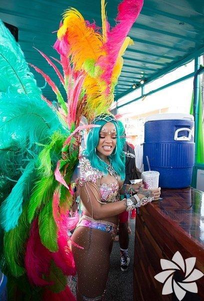 Rihanna, doğduğu ülke Barbados'un geleneksel festivalinde, Rio Karnavalı'ndakilere benzer, cesur ve renkli kostümüyle dikkat çekti.