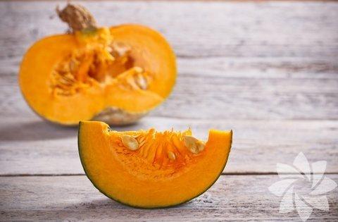 Balkabağı: 130gr balkabağı günlük A vitamini ihtiyacınızın %170 ini karşılar. A vitamini gece görüşünü iyileştirir. Balkabağının parlak turuncu rengi içindeki karotenden gelir. Karoten içeren ve yaşlılıktan kaynaklanan göz bozulmalarını önler. Balkabağının içindeki çekirdekler kavrularak yenebilir. Kabak çekirdeğinin içinde depresyonu önleyici L-tryptophan maddesi vardır. Aynı zamanda hemen hemen her türlü vücut fonksiyonu için gerekli olan magnezyum içerir. Günlük magnezyum ihtiyacınızı karşıladığınızda kalp hastalığı riskini azaltır, karın bölgesindeki yağlanmayı ve şeker hastalığını önlemiş olursunuz. Balkabağı dilimlenip fırında pişirilerek içindeki doğal şekeri ortaya çıktığında çok lezzetli olur. Balkabağı ve havuç püresi ile de lezzetli bir çorba yapabilirsiniz.