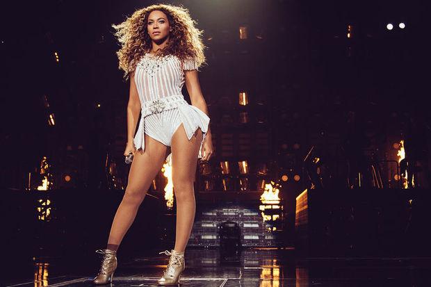 Beyonce çorapla geziyor…