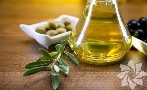 Zeytinyağlı yemekler... Oda sıcaklığında kullanıldığında zeytinyağı sağlıklı bir gıda maddesi. Ancak; yüksek ısıya temas ettiği anda, bozulur ve kanserojen maddeye dönüşür. Alternatif olarak kullanabileceğiniz hindistan cevizi yağı, ısıya karşı son derece dengeli bir yapıda olduğundan en iyisidir.
