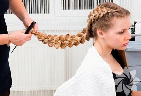 Kaçamak örgüler: Üst düzey yöneticilerin bile tercih ettiği bir model haline gelen örgü modelleri, sonbaharda hem rahat hem de şık olmak için ideal bir seçim. Örgüyü saçın tamamında değil rastgele bir yerinde kullanmak daha trend bir görünüm kazanmanızı sağlar. Ayrıca saçınızın istediğiniz yerini ördükten sonra topuz yapabilir ya da birbirinden farklı saç toplama şekillerini deneyerek farklı bir saç stiline sahip olabilirsiniz.