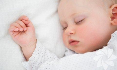 Göz kontağı: Yatmadan önce en son yapmanız gereken şey bebeğinizi azdırmak. Uzun ve hareketli göz kontağı bebeğinizi fazlasıyla uyarır. Bu nedenle bebeğinizi yatırırken göz kontağından kaçının.