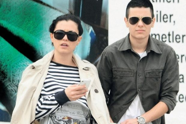 Ameliyatla erkek olan Nil Erkoçlar, sevgilisi Aylin'le birlikte...