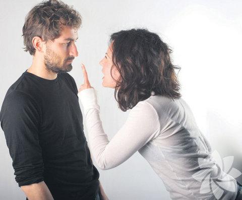 Değişmesini istemek: Pek çok kadın bir ilişkiye girerken, partnerini değiştirebileceğini düşünür. Eğer bir erkek bir ilişki için kendinde değişiklik yaparsa, bunun yararı değişikliğinin sonuçlarından daha fazla olmalıdır. Kimse kendisinden çok karşısındaki insanı düşünmez ama siz her şey kendi istediğiniz gibi olsun diye uğraşırken, onun zevk aldıklarının tümünü ortadan kaldırmaya çalışırsanız bu sizden uzaklaşması için yeterli bir sebep olmaz mı?