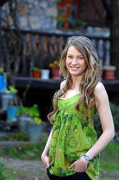 Serenay Sarıkaya, 1 Temmuz 1991 yılında Ankara'da doğdu.