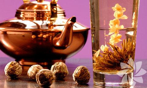 Yasemin Çayı ve Karanfil Toniği:  Yasemin tohumlarını ve karanfil tanesini sıcak suda bekletin. Ardından demlenen bu bitki karışımını süzüp mink bir şişe içine doldurun. Dilerseniz temizlenmiş cildinize pamukla uygulayabilir ya da spreyle yüzünüze püskürtebilirsiniz. Hem ferahlık verip hem de pürüzsüz bir cildinizin olmasını sağlayacaktır.