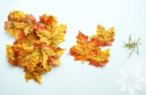 İhtiyacınız olan; sonbahar yaprakları, kase, balon, tutkal... Bahçenizde ya da yolda gördüğünüz sonbahar yapraklarını toplayın.