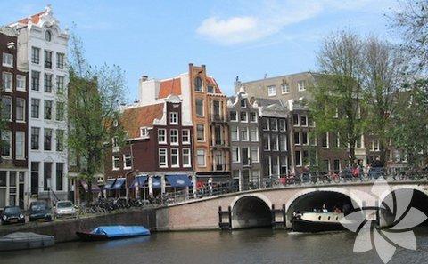 Amsterdam: Kanallar, Arnavut kaldırımlı sokakları ve çarpıcı zarif mimarisi ile köprüsü her biri harikadır ve bunların hepsi birlikte dünyanın en güzel kenti olması için yeterlidir.