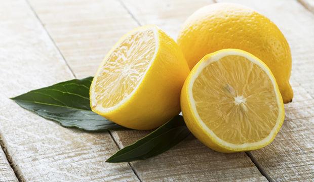 Sararan tırnaklarınızı limon kabuğuna batırın