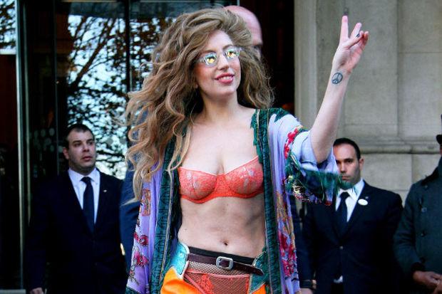 Lady Gaga bu sefer rengârenk