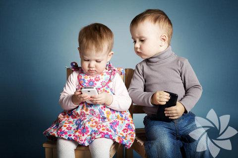 Cep telefonları bebeklerin oynamaya bayılır. Düğmelere basıp, ekranın aydınlandığını görmek ve çıkan sesleri dinlemek onları cezbediyor olabilir. Yeni akıllı telefonunuzun zarar görmesini istemiyorsanız, eski telefonlarınızı oyuncak olarak kullanın.