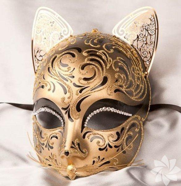 Yeni yıla girerken eğlenceli bir akşam geçirmek için ortama uygun, konsept kıyafetler, maskeler çok iyi olabilir.