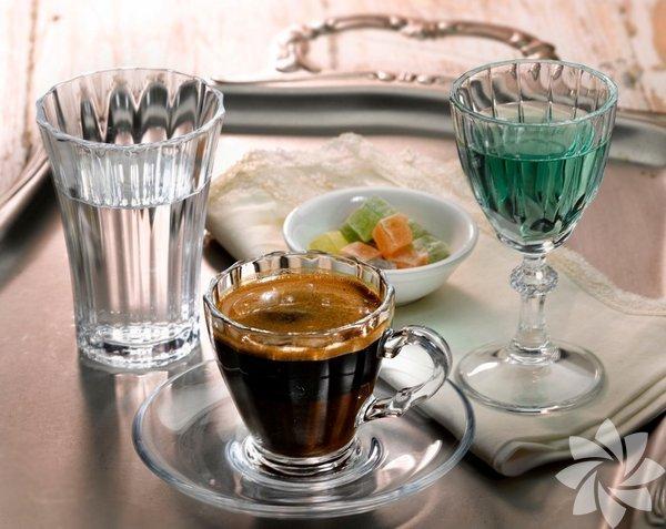 Cam fincanda Türk kahvesi keyfi. Paşabahçe, en beğenilen serilerinden 'Diamond' ile Türk kahvesi tiryakilerine ezber bozacak bir deneyim yaşatacak. Geleneksel formların modern bir bakış açısıyla yorumlandığı Diamond Türk kahvesi setinde nostaljik olduğu kadar genç ve dinamik tasarımlarıyla dikkat çeken cam fincan takımı, su bardağı ve likör kadehi yer alıyor. Paşabahçe, şık tasarımlı ürünlerine bir yenisini daha ekledi. Cam Türk kahvesi fincanı, kahve yanı su bardağı ve likör kadehinden oluşan 'Diamond Türk Kahvesi Seti' kahve tiryakilerinin vazgeçilmezi olacak.
