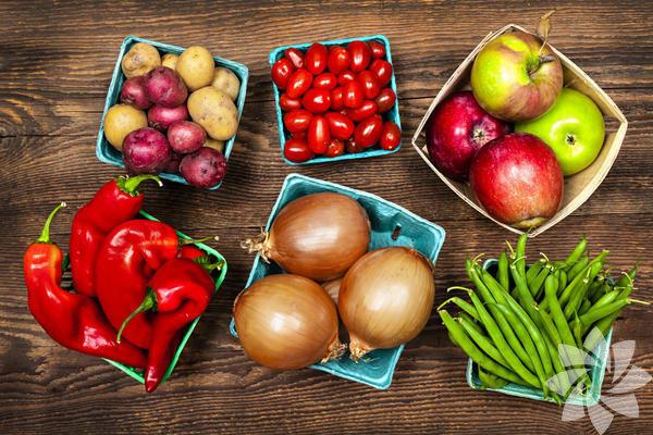 Uzmanlar sürekli olarak meyve ve sebzenin beslenmemizde baş köşeyi almasını öneriyorlar. Bunun sebebini de kalp hastalığı ve felçten korunmak, kan basıncını kontrol etmek, bazı kanser türlerini, bağırsak hastalıklarını önlemek olarak açıklıyorlar. Önerilen, günde 5 ile 9 çeşit meyve ve sebze tüketmek, yani günde en az 5 çeşit. Hem kendiniz hem de çocuklarınız için bunu uygulamanın pratik yollarını öğrenmek istemez misiniz?