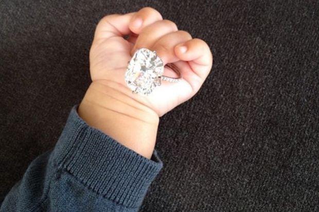 Yüzüğünü kızının elinde oyuncak yaptı