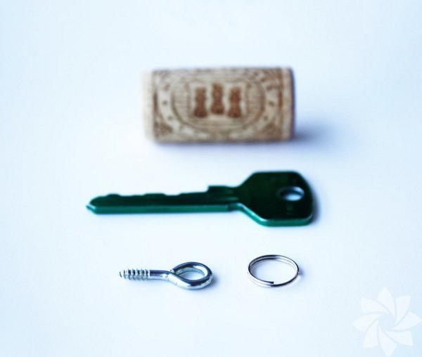 İhtiyacınız olan malzemeler: Şarap tıpası Halkalı civata Anahtar Anahtar halkası