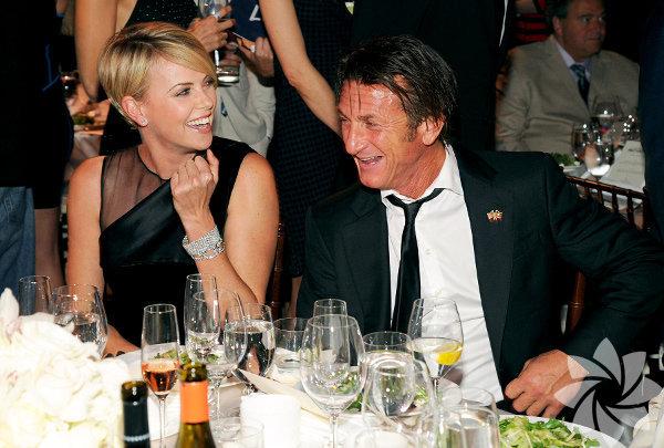 Güney Afrikalı oyuncu Charlize Theron, 2010 yılından bu yana aşk   yaşadığı dedikodusu yapılan oyuncu Sean Penn'i 60 parçadan oluşan silah   koleksiyonundan vazgeçmeye ikna etti.
