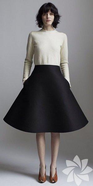 Full skirt (Ful sikört):Bele oturan, aşağıya doğru genişleyen diz boyundaki kloş etek anlamında kullanılıyor.
