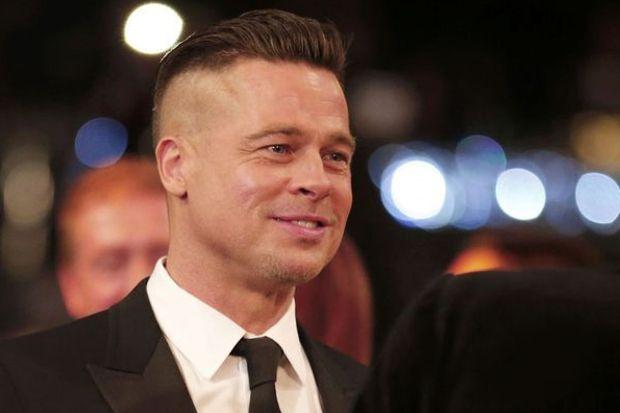 Brad Pitt saçını kazıttı
