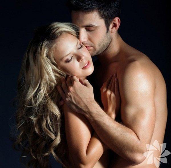 Kontrolü erkeğe bırakın Kadınlar genellikle seks yeteneklerini göstermek zorunda gibi hisseder. Tabii ki bir erkek için bu çok tahrik edici olabilir. Ancak aynı durum erkek için de geçerlidir. Bazen erkekler de kendilerini kanıtlamak ister. Erkeklerin yatakta en sevdiği şeylerden birisi, sahip olduklarının gösterilmesinin istenmesidir. Bırakın her şeyi o yapsın. Bu fikir onu çıldırtacaktır.