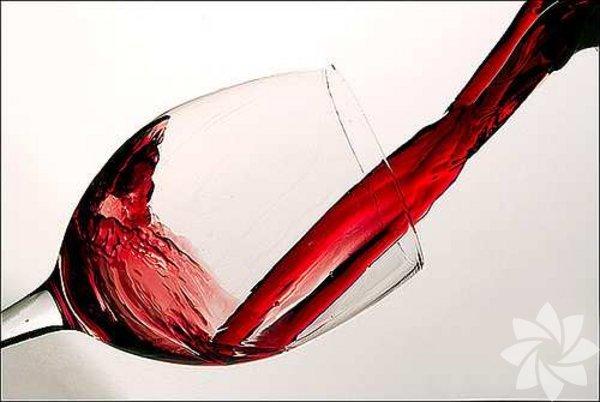 1. Birkaç      kadeh şarap olmadan gece keyfi yapılmaz  Kırmızı şarap sağlığınız için faydalı olsa da yorgun bir gün sonunda şarap içerken sağlığınızı düşünmediğinizi biliyoruz. Bir kadeh şarap sağlıklı olsa da, aşırı şarap tüketimi sizin için zararlıdır.