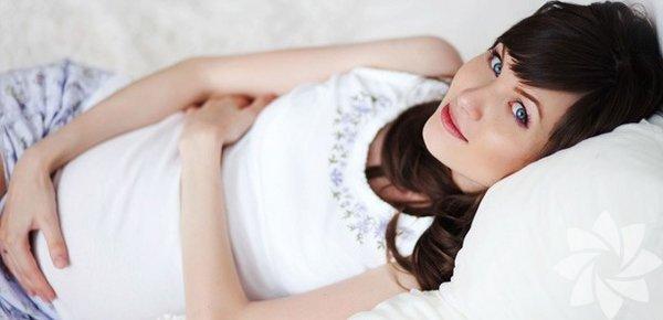 1.Ertesi gün hapı İstenmeyen hamilelik için acil durum koruyucular olarak kabul edilen ertesi gün hapları, en pratik doğum kontrol seçeneklerden biridir ancak düzenli olarak kullanılmaları önerilmez. Ertesi gün hapı, yumurta ve spermin döllenmesini engeller. Ancak korunmasız seksten sonra üç gün içinde alınması gerekir. Ne kadar erken alırsanız o kadar iyidir. Bazı ertesi gün hapları mide bulantısı, yorgunluk ve adet düzensizlikleri gibi olumsuz sonuçlara neden olabilirler. Bu yüzden sizin için hangi ilacın daha etkili olacağı konusunda jinekoloğunuza danışmanız gerekebilir.