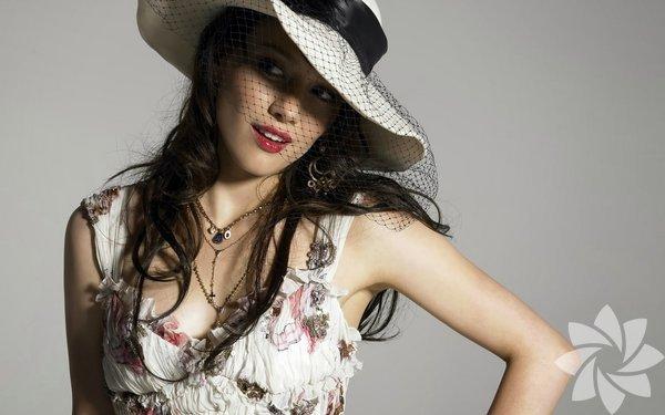 Güzel oyuncu Hilary Duff, Hollywood'un yalnız anneleri arasına  katıldı.