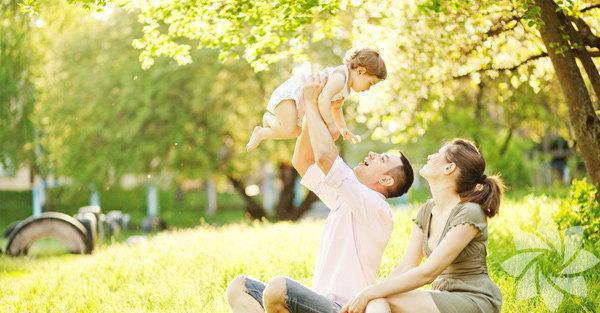Bebeğinizi eğlendirmenin en iyi yolu, sizin de onunla birlikte  eğlenmenizdir. Bazı bebek oyunları ve oyuncakları son derece sıkıcı  olabilir. Birlikte eğlenmenizin değişik yolları var. İşte bunlardan  bazıları...