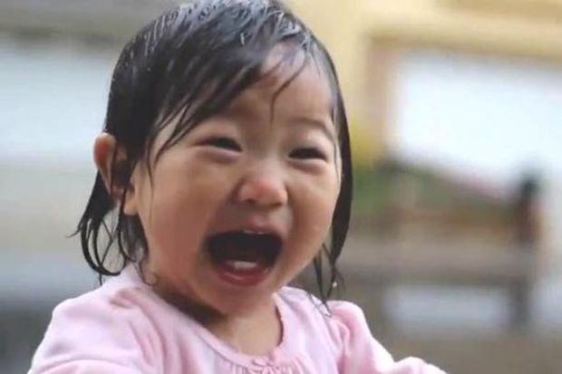 İlk defa yağmura çıkan bebeğin sevinci...