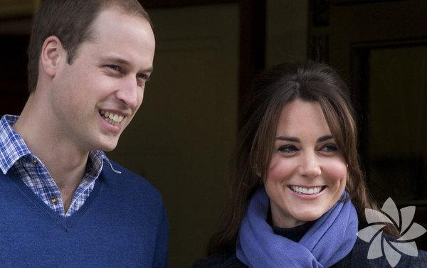 İngiltere'de, tahtın ikinci vârisi Cambridge Dükü   William'la evlenen Cambridge Düşesi Catherine, oğlunun adı ve eşinin baş   harfi yazılı bir kolye takıyor.