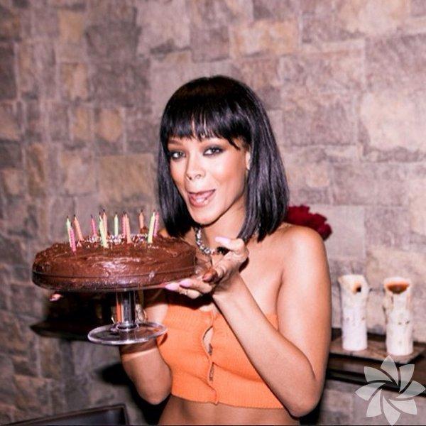 Geçen hafta 26'ncı doğum gününü kutlamak için ABD'deki kayak merkezi     Aspen'a giden Barbadoslu şarkıcı Rihanna, seksi pozlar vermeyi de  ihmal    etmiyor.