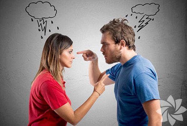 1 - Zehirli olabileceğini düşündüğünüz ilişkileri tanımlayın Kendi tercihlerinizi yapamadığınız ve sizi kısıtlayan bir ilişki zehirlidir. Eşitliğin sağlanamadığı ilişkiler duygusal birer şantajdırlar, kimse kimsenin üzerinde egemenlik kurmaya çalışmamalıdır. Tek taraf ya da her iki taraf da kendini kontrol ediliyor ya da taciz ediliyor hissedebilir, her iki durumda da bu ilişki sağlıksızdır. Aşırı dramatik ya da dengesiz duygular tarafından manipüle edilmemelisiniz; çeşitli zihin oyunları ile kandırılmaya izin vermemelisiniz. İş hayatında bu tür yönlendirme ve kontrol kurma baskılarını daha kolay fark edebilirsiniz. Ailevi ya da duygusal ilişkilerinizde buna daha uzun süre maruz kalmanıza rağmen kabul etmek istemeyebilir, düzeleceğini düşünmeyi tercih edebilirsiniz. Yıllanmış ve duygusal bağlar bu süreci gereğinden fazla uzatabilir. İzin vermemelisiniz. Bu ilişkinin size hiçbir faydası olmadığını fark ettiğiniz an ondan kurtulmalısınız.