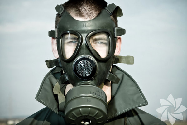 Gaz  maskesi ilk kez, 1915 yılında Almanların gerçekleştirdiği kimyasal gaz  saldırısına karşı müttefik devletlerin İngiliz Savaş Bakanlığı ve Oxford  Üniversitesi'nde görev yapan İskoç bilim adamı John Haldane'dan yardım  istemesi ile ortaya çıktı.