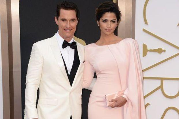 Matthew McConaughey ödülünü eşiyle kutladı