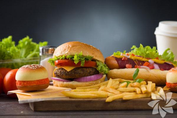 Çok fazla kalori yudumlamak: Kalori hesabı yapıyorken, içeceklerde ne olduğunu göz ardı etme eğilimindeyiz. Bazı aromalı kahveler ve alkollü içeceklerin 500 kaloriden fazla olabileceğini göz önünde bulundurursak, bu büyük bir hatadır. Meyve suları ve gazlı içeceklerdeki kalorilerde buna dahildir. Kötü olan ise sıvı kalorilerin açlığı bastıramamasıdır.