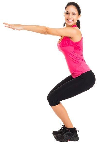1- Ayaklarınızı omuz genişliğinizden daha geniş olacak şekilde açın. Duruşunuzu bozmadan, oturma pozisyonu ile aşağı hareket edin ve yavaşca başlangıç pozisyonunuza geri gelin.