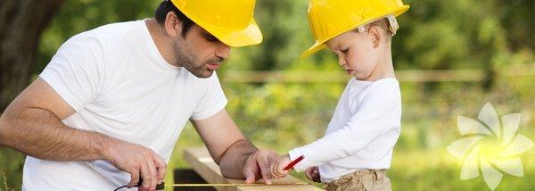 Giderek daha çok baba evde oturuyor ve anne çalışıyor. Aslında ev işleri en çok zaman alan ve en zor işlerden birisidir. Bir de işin içinde çocuk olunca işler daha da zorlaşabilir. Her çocuk farklıdır, her yaşın avantajları ve dezavantajları vardır. Evde oturan babaların işini kolaylaştıracak birkaç önerimiz var.