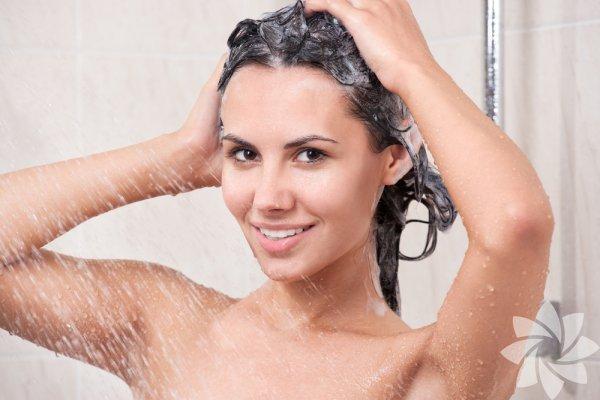 Masaj yapın Saçlarınızı gün aşırı, ılık ve fazla basınçlı olmayan suyla saç tipinize uygun bir şampuanla yıkayın. Sadece bir kez temizlemek, şampuanlama sırasında saç derisine 5 dakika süreyle hafifçe masaj yapmak, durulama yeterli görülüyor.