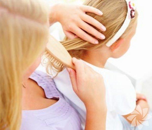 1- Bit  Saç biti, vücut biti ve genital bölge biti gibi bit türleri vardır  ancak küçük çocuklarda en çok saç bitine rastlanır. Çocuğunuz tarağını  arkadaşlarıyla paylaşıyor mu? Yakın temas da bitin geçmesine neden  olabilir. Kaşıntı en büyük belirtidir. Çocuğunuzun kişisel eşyalarını  arkadaşlarıyla paylaşmamasını söyleyin. Bit şampuanı kullanabilir, saçı  badem yağı ya da zeytinyağı ile yağlayarak ve sonrasında ince bir tarak  yardımıyla bitin kaymasını sağlayabilirsiniz.