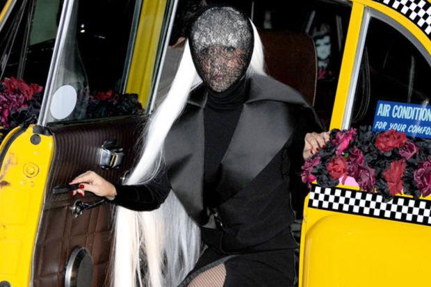 Lady Gaga kıyafeti ile yine şaşırttı