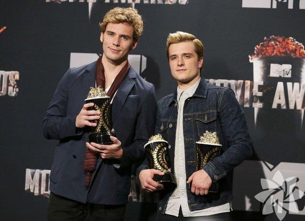 """MTV Film Ödülleri, Los Angeles'ta düzenlenen törenle sahiplerini buldu. Kazananlara patlamış mısır şeklindeki ödülleri verildi. """"Açlık Oyunları"""" filmindeki performansları, Jennifer Lawrence'a en iyi kadın oyuncu ve Josh Hutcherson'a da en iyi erkek oyuncu ödüllerini kazandırdı. En iyi dövüş sahnesi ödülünü The Hobbit serisinin ikinci filmi The Desolation of Smaug (Smaug'un Çorak Toprakları) filminde Orc'lara karşı büyük mücadele veren Orlando Bloom ve Evangeline Lilly kazandı."""
