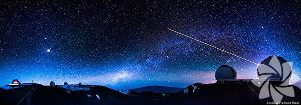 Düşük ışık kirliliği ve temiz gökyüzü ile Hawaii astronomi için çok uygun bir yer. Ay tutulması da en iyi şekilde Hawaii'den görüntülendi.  Fotoğrafçı Andrew Richard Hara'nın W. M. Keck gözlem evi'nden çektiği bu fotoğrafta ay tutulması gerçekleşirken, sağda gözlem evinin lazer hedefli optik yıldız izleyicisini çalışırken görüyoruz.