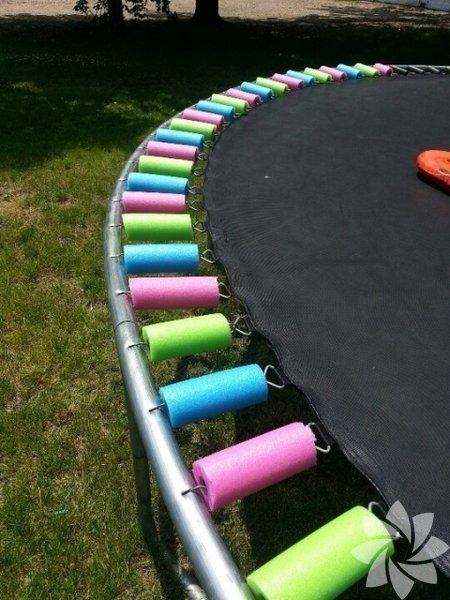 Ekstra bir güvenlik önlemi olarak dilimlenmiş havuz noodle ile trambolin yayları örtebilirsiniz.