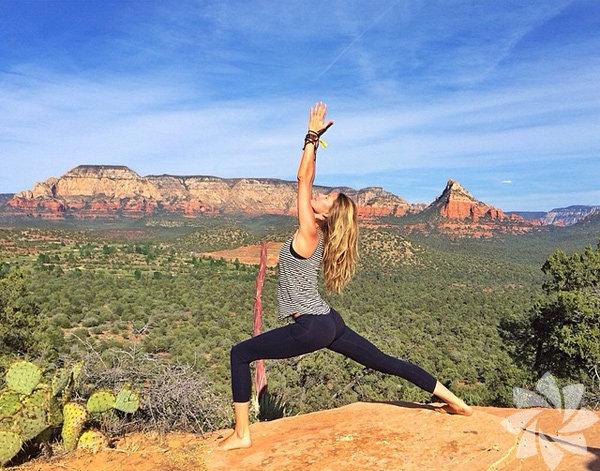 Gisele Bündchen'den yoga pozları