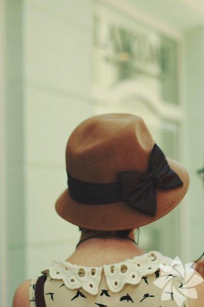 Pastel tonlarında, orta büyüklükteki bir şapkayı ince kumaşlı bir elbiseyle birleştirebilirsiniz. Böylece retro bir görünüme kavuşabilirsiniz.