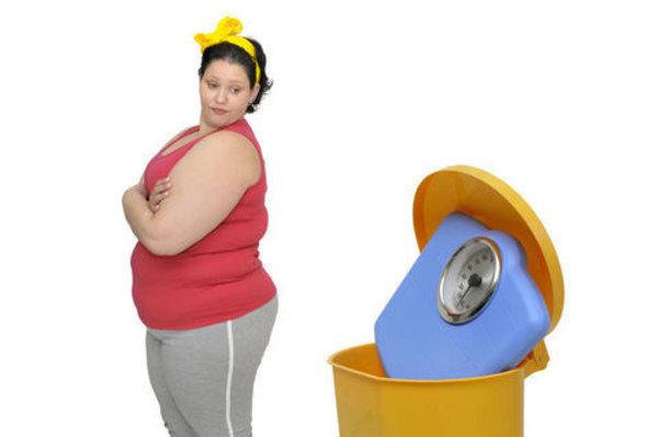 Kadınların vücutları hakkında yorum yapmanın kabul edilebilir olduğunu düşünenlerin sayısı tahmin edebileceğinizin çok üzerinde. Elbette, hiç kimse beden ölçüsü yüzünden ayrı tutulmamalı ya da kimseye kilosu nedeniyle farklı davranılmamalı. İşte kilolu bir kadına söylememeniz gereken ve nefret edilen 23 yorum: