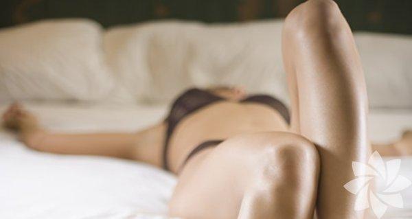 Kadınlar da erken boşalır  Erken boşalma ile ilgili çok şey duymuşsunuzdur ama genellikle bir erkek problemi olarak yansıtılır. Ön sevişme anında ya da birleşme olduktan kısa bir süre sonra boşalma problemi için kullanılır. Doktorlara göre erkeklerin yüzde 20 ila 30'u arası, hayatlarının bir döneminde mutlaka bu problemle karşılaşırlar. Ama erken boşalmak sadece erkeklere özgü bir sorun değil. 18 ila 45 yaşları arasındaki Portekizli kadınlar üzerinde yapılan son bir araştırmaya göre,yüzde 40 oranında bir kısım orgazma niyetlendiklerinden önce ulaşıyor ve yüzde 3'ü bunu kronik olarak yaşıyor.