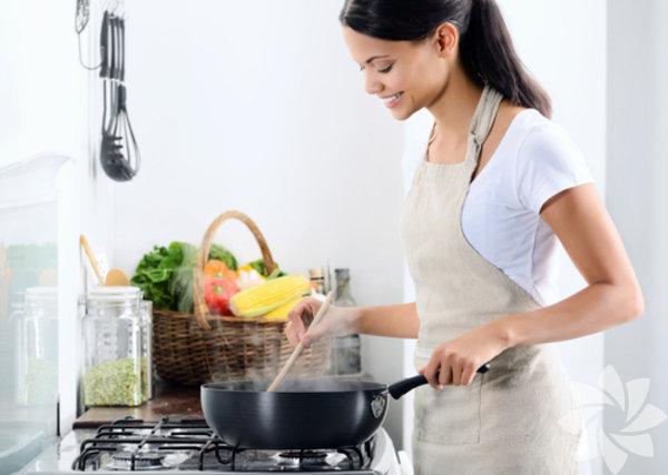 1- Yemekleri önceden hazırlayın  Anneler için en önemli zaman tasarrufu sağlayan konu, yemekleri önceden hazırlamaktır. Pek çok meşgul anne, bir haftalık yemeği hazırlayıp buzluğa koymaktadır. Hafta içinde de tek yapmanız gereken yemeği ısıtıp sofraya koymaktır.